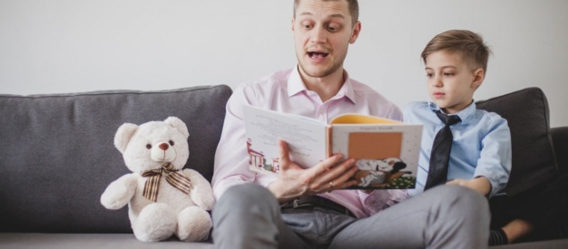 crianca-escutar-seu-pai-enquanto-leitura-historia_23-2147624624